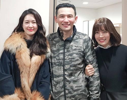 Diễn viên Lee Yo Won (trái) - nữ chínhphim Thời trang thập niên 70và Yoo Sun (phải) của Bốn chàng quý tử chúc mừng thành công của sao gạo cội.