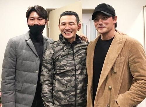 Hyun Bin (trái) và Jang Dong Gun phải là bạn thân của Hwang Jung Min. Họ từng hợp tác với nhau trong nhiều phim điện ảnh. Jang Dong Gun từng nói muốn trở thành ông hoàng màn bạc như Hwang Jung Min.