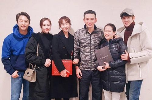 Diễn viên Oh Man Seok (ngoài cùng bên trái) - nam chính trong Chàng trai vườn nho, tài tử Yoo Yeon Seok (đội mũ) và bạn bè lưu lại kỷ niệm cùng đàn anh. Ngoài đóng phim truyền hình,Oh Man Seok và Yoo Yeon Seokcòn làdiễn viên nhạc kịch thành công của Hàn Quốc.