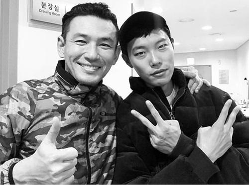 Diễn viên Ryu Jun Yeol của phim Reply 1988 (Lời hồi đáp 1988) tạo dáng vui nhộn bên đàn anh.