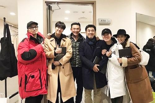 Dàn diễn viên chính của phim điện ảnhExtreme Job tranh thủ đến xem nhạc kịch. Extreme Job đang là hiện tượng phòng vé xứ Hàn khi bán được đến 14,94 triệu vé, trở thànhphim ăn khách thứ hailịch sử phim điện ảnh nước này. Từ trái qua:Lee Dong Hwi,Gong Myung, Hwang Jung Min,Ryu Seung RyongJin Seon Kyu,vàLee Honey.