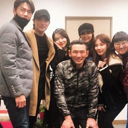 Mỹ nhân Go So Young (đội mũ)sánh vaiJang Dong Gun đi xem nhạc kịch. Vợ chồng côkhông chụp ảnh riêngmàgóp mặt trong ảnh tập thể. Ca sĩ Seohyun của nhóm SNSD (thứ hai từ phải qua) cũng đếnủng hộ tiền bối.