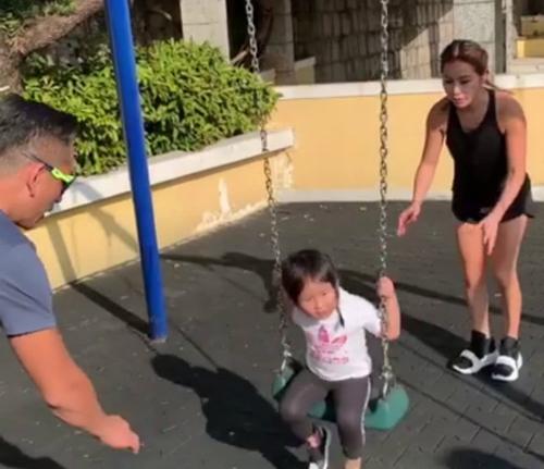 Châu Trác Hoa chơi cùng vợ và con gái.