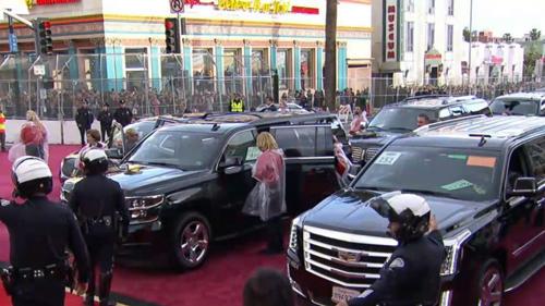 Xe limos đỗ gần nhà hát Dolby tại Oscar năm 2017. Ảnh: ABC.