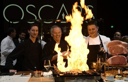Đầu bếp Wolfgang (giữa) chuẩn bị đồ ăn cho một bữa tiệc báo chí trước lễ trao giải Oscar, hôm 15/2 ở Hollywood. Ảnh: AFP.