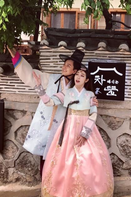 Sau 5 năm, cả hai mới cùng nhau tái xuất với sản phẩm chung thứ hai - MV Yêu không đường lui. Nhạc sĩ Huỳnh Quốc Huy đã gợi ý cho cả hai ra sản phẩm này để kỷ niệm chặng đường bảy năm yêu đương. Những cảnh quay lãng mạn của đôi uyên ương tại Hàn Quốc khiến các fan thêm phần ngưỡng mộ chuyện tình của họ