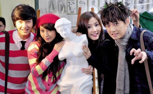 Cả hai yêu nhau từ năm 2010 khi đóng chung phim Thiên sứ 99. Khi đó, Ngô Kiến Huy 22 tuổi còn Khổng Tú Quỳnh bước sang tuổi 19.