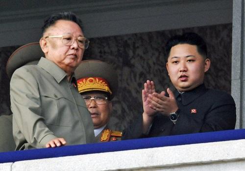 Kim Jong-un (phải) và cha - Kim Jong-Il (trái).