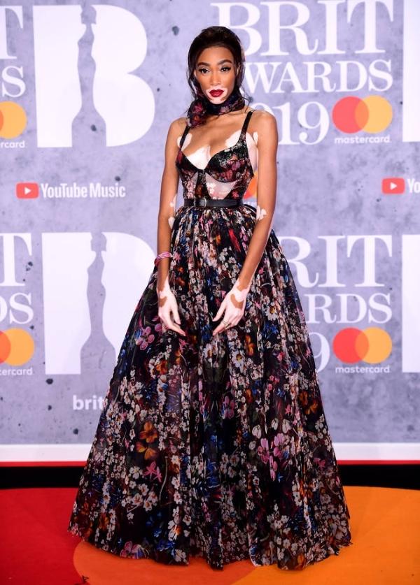 Bella Hadid đẹp nhất tuần với đầm corset hở ngực