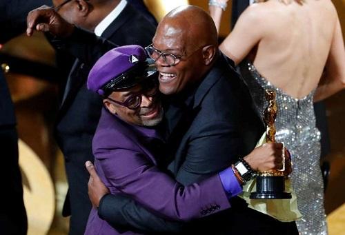 Spike Lee (trái)và Samuel L. Jackson là bạn thân nhiều năm. Jacksontừng đóng phim Do the Right Thing do Lee đạo diễn.