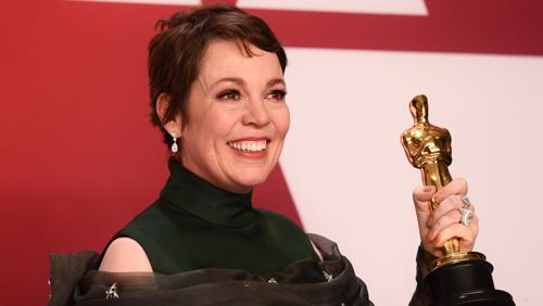 Olivia Colman thắng giải Oscar ngay từ lần đầu được đề cử: Ôi, thật là quá căng thẳng. Chiến thắng này thật quá vinh dự. Tôi thắng giải Oscar rồi. Tôi phải cảm ơn nhiều người lắm đây. Nếu tôi có sót ai, tôi sẽ tìm bạn sau để ôm hôn thật chặt nhé. Xin cảm ơn đạo diễn xuất sắc, cảm ơn hai bạn diễn Emily và Rachel. Hai bạn là hai người phụ nữ dễ thương nhất trần đời mà tôi đã đem lòng yêu và đã làm việc chung mỗi ngày. Các bạn không tưởng tượng được công việc này vất vả như thế nào đâu. Được làm việc với một trong những phụ nữ tuyệt vời như Glenn Close cũng là một trong những vinh hạnh của tôi. Bà là thần tượng của tôi từ rất lâu rồi.... Tôi yêu các bạn rất nhiều. Cảm ơn Lindy King, người đại diện đã bên cạnh tôi suốt 20 năm qua. Cảm ơn Olive, Hildy, Brynna... Con cảm ơn cha mẹ... cảm ơn các con đã ở nhà theo dõi chương trình. Mà nếu các con không xem thì cũng chẳng sao, nhưng mẹ hy vọng là có xem đấy nhé. Khoảnh khắc này sẽ không trở lại đâu. Và tôi muốn nói với tất cả những cô bé - những người tập luyện để mơ về ngày được phát biểu nhận giải trên truyền hình. Tôi từng làm nghề lau công, quét dọn, và tôi đã rất yêu công việc đó nhưng tôi cũng đã dành rất nhiều thời gian để hình dung về ngày chiến thắng. Ôi tóm lại, tôi muốn cảm ơn chồng tôi. Người bạn thân nhất của tôi. 25 năm qua anh là người hỗ trợ đắc lực của tôi. Chắc anh đang khóc. Xin cảm ơn hãng Fox, cảm ơn mọi người, cảm ơn các diễn viên....