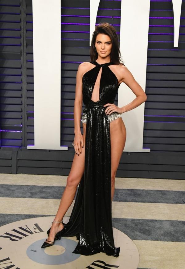 Kendall hở vòng ba, Zoe Kravitz khoe ngực ở tiệc hậu Oscar