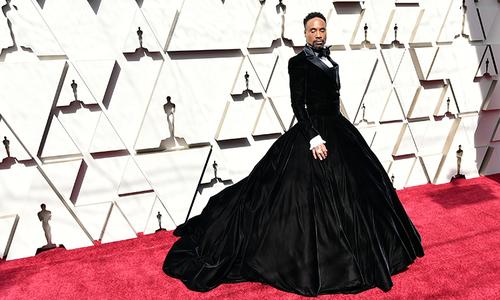 Nam diễn viên Mỹ gây sốc khi mặc đầm quây ngực lên thảm đỏ Oscar