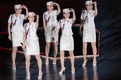 Moranbong thường mặc quân phục và không ai biết rõ số thành viên của nhóm.