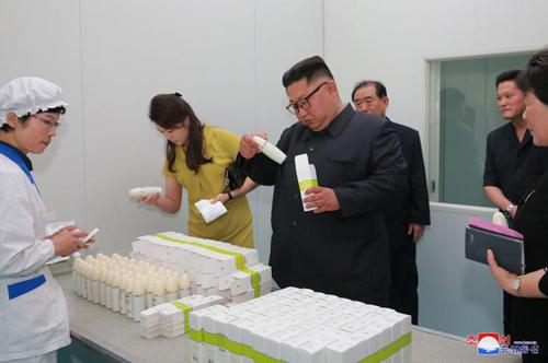 Ông Kim Jong-un và vợ thị sát nhà máy mỹ phẩm Sinuiju năm 2018. Ảnh: KCNA.