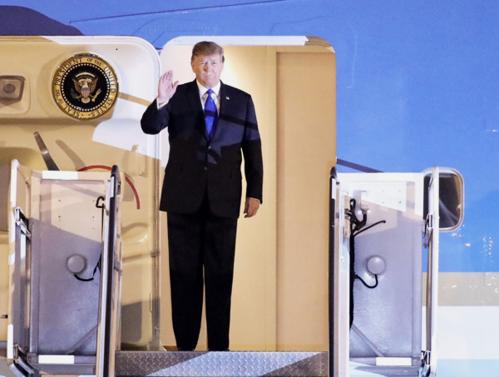 Tổng thống Trump đến sân bay Nội Bài (Việt Nam), tối 26/2. Ảnh: Ngọc Thành.