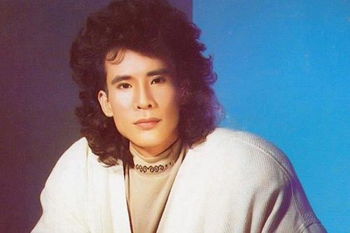 Một thời gian, anh để tóc uốn xoăn, dài chấm vainhư nhiều nhóm nhạc nam Âu Mỹ nổi tiếng thời bấy giờ như Wham!, Modern Talking...
