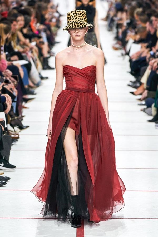 Ảnh khỏa thân tràn ngập sàn diễn Dior