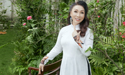 Nghệ sĩ Bạch Tuyết tạo dáng trong vườn nhà