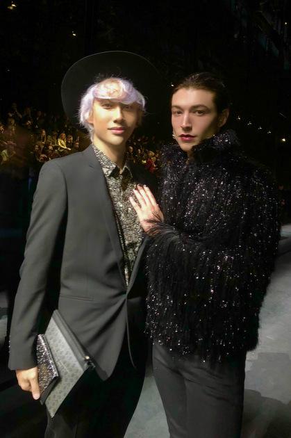 Lý Quí Khánh chụp ảnh cùng Ezra Miller trước show.