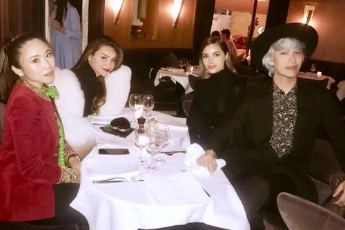 Hà Hồ diện áo khoác lộng 300 triệu đồng đi ăn tối cùng Hoa hậu Hoàn vũ 2012.