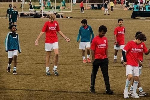 Trong bức ảnh chụp trên sân tập, Barron vượt xa các bạn bè cùng trang lứa về chiều cao. Cậu bé hiện khoác áo đội U12 D.C United trong vai trò tiền vệ.