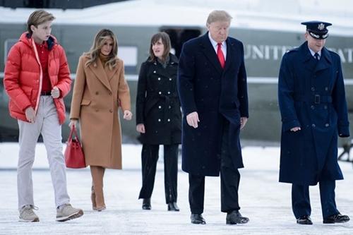 Melania Trump từng tiết lộ con trai không thích mặc đồ có màu sắc nổi bật. Tuy nhiên, thỉnh thoảng cậu bé vẫn mặcáo polophối cùng áo phaotông đỏ (bìa trái).