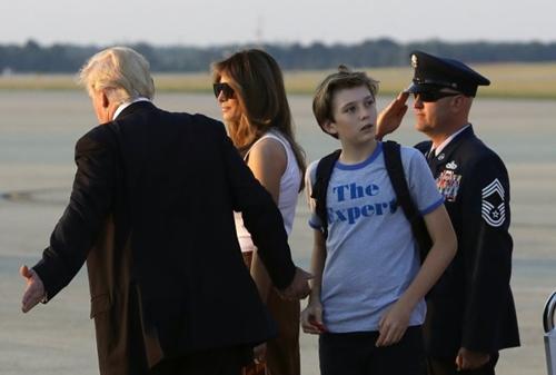 Barron được truyền thông Mỹ gọilà Tiểu Trump vì tính cách và sở thích của cậu bé giống hệt bố. Nhiều người hâm mộ kỳ vọng cậu đi cùng bố trong chuyến công duđến Việt Nam lần này, tuy nhiên, Tổng thống Mỹ chỉ đến một mình.
