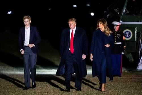Barron William Trump sinh năm 2006, là con của tổng thống Mỹ Donald Trump và cựu người mẫu Melania. Trong loạt ảnh chụp mới đây, Barron Trump khiến không ít người bất ngờ vì chiều cao vượt trội. Nhà Trump chưa bao giờ công khai thông tin về số đo cậu út nhưng theo các chuyên gia, Barron đãcao nhỉnhhơnbố (1,9 m).