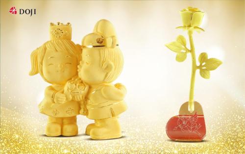 Dịp 8-3, Phái mạnh cũng có thể lựa chọn Quà tặng mỹ nghệ vàng Kim Bảo Phúc có biểu tượng cặp vợ chồng cận kề nhau Phu Thê Hảo Hợp, hay một bông Hồng Vàng Vĩnh Cửu để nhắn nhủ tới người bạn trăm năm của mình một lời cảm ơn, mong ước được gắn bó bên nhau trọn đời. Từ 1/3-10/3, DOJI ưu đãi 10% công chế tác các sản phẩm trang sức vàng ta và sản phẩm quà tặng vàng Kim Bảo Phúc. Liên hệ hotline: 1800 1168
