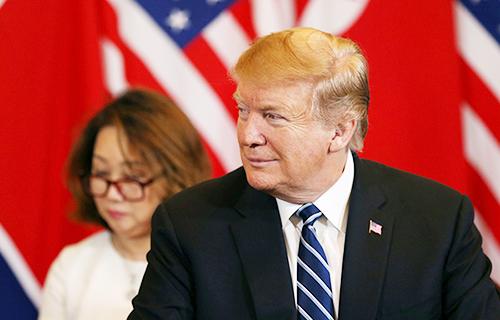 Tổng thống Mỹ Donald Trump đeo cà vạt xanh dương trong cuộc họp thượng đỉnh Mỹ - Triều.