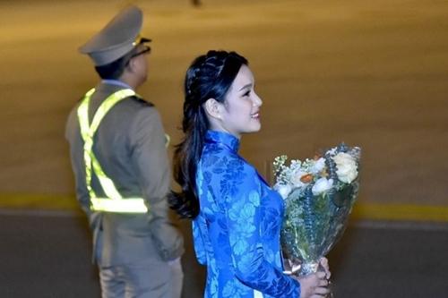 Phương Linh là người được chọn để tặng hoa choTổng thống Donald Trump khi ông đếnsân bay Nội Bài bằng chuyên cơ riêng để tham giacuộc họp thượng đỉnh với Chủ tịch Kim Jong Un. Nhan sắc xinh đẹp của cô được khán giả chú ý.Lê Thị Phương Linh, sinh năm 1999, đang là sinh viên khoa Luật quốc tế, Học viện Ngoại giao Việt Nam.