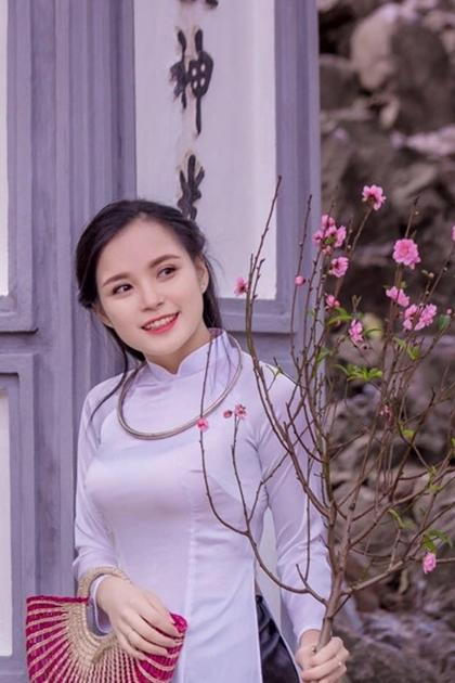 Với cách vấn tóc nửa bên, diện áo dài trắngkết hợp cùng phụ kiện vòng kiềng, cô tái hiện hình ảnh thiếu nữ Hà Nội xưa.