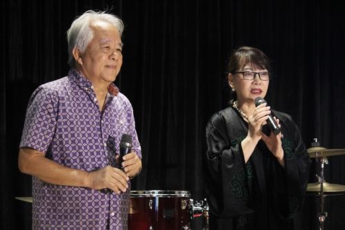 Bà Trịnh Vĩnh Trinh - em gái nhạc sĩ và chồng - ông Trung Trực tại sự kiện sáng 28/2. Ảnh: Mai Nhật.