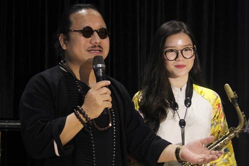 Nghệ sĩ Trần Mạnh Tuấn bên con gái An Trần. Con gái anh hiện là đại sứ học bổng Trịnh Công Sơn. Ảnh: Mai Nhật.