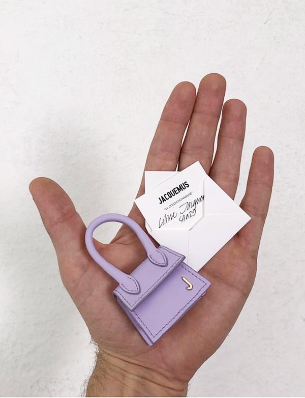 Túi nhỏ bằng hai ngón tay gây chú ý trên sàn diễn Paris
