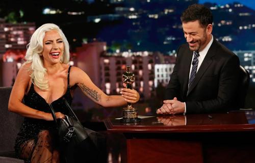 Lady Gaga (trái) và Jimmy Kimmel.