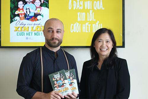 Giám đốc Phanbook, bà Phan Thị Lệ chuyển đến Jesse Peterson tác phẩm mới nhất của anh vừa từ nhà in về. Ảnh: Vy.