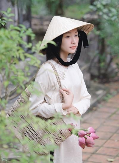 Hoa khôi Huế Ngọc Trân là người dẫn chuyện cho chương trình.