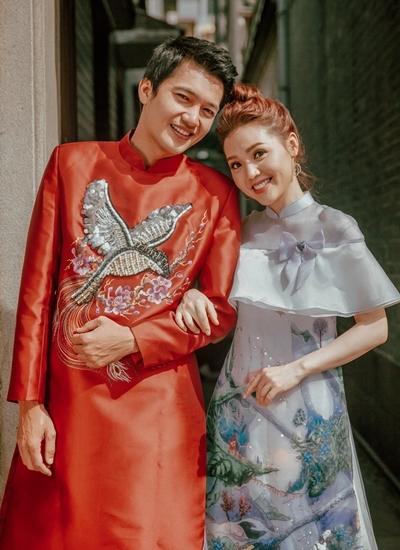 Vợ chồng Quang Tuấn đi chùa dịp Tết Kỷ Hợi.