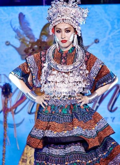 Phần thi trình diễn trang phục truyền thống của Miss International Queen 2019 diễn ra tối 2/3 tại Thái Lan, với sự tranh tài của 20 người đẹp. Đại diện Trung Quốc là Yaya (Thi Nhã Hân), 29 tuổi. Côlà giáo viên thanh nhạc, hiện theo đuổi mơ ước làm ca sĩ. Cô muốn mang đến hình ảnh tích cực, xóa bỏ thành kiến về người chuyển giới ở Trung Quốc.