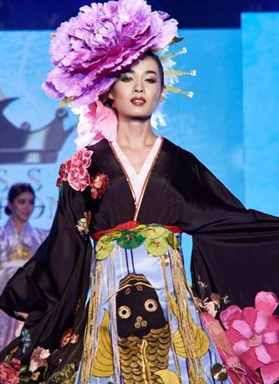 Người đẹp Nhật Bản hóa thành geisha với chiếc mũ hìnhhoa mẫu đơn - loài hoa nổi tiếng ở nước này.