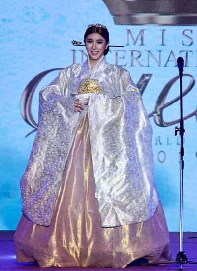 Đại diện Hàn Quốc mặc trang phục hanbok. Cô tên Ssei, 26 tuổi, cao 1,73 m, nặng 58 kg. Cô nổi tiếng trên Youtube nhờ khả năng nhảy múa.