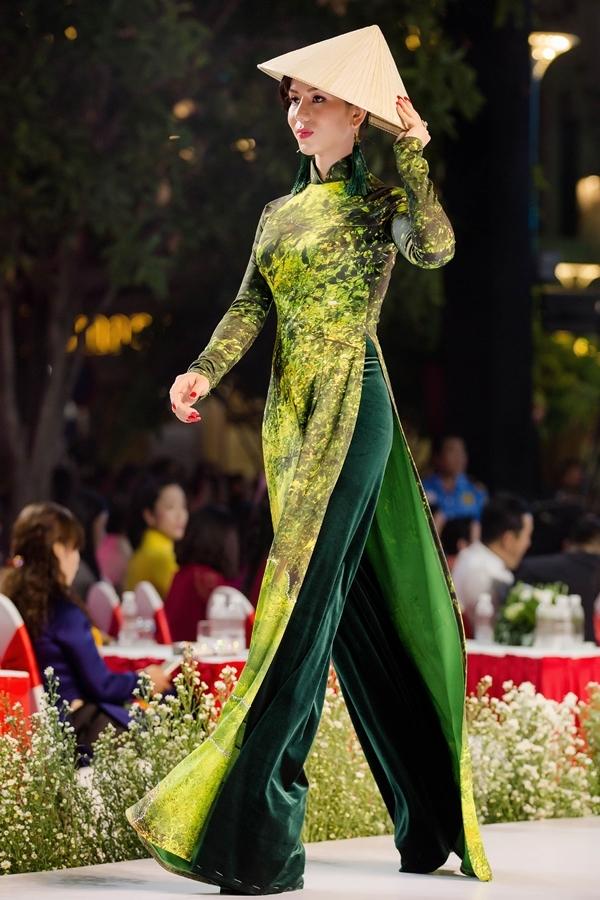 Dàn người mẫu trình diễn áo dài về vẻ đẹp đất nước