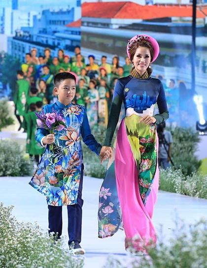 Mẹ con cựu người mẫu Băng Châu.