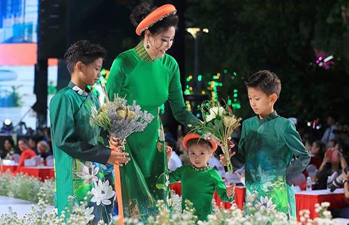 Lễ hội áo dài TP HCM lần thứ sáu khai mạc tối 2/3.