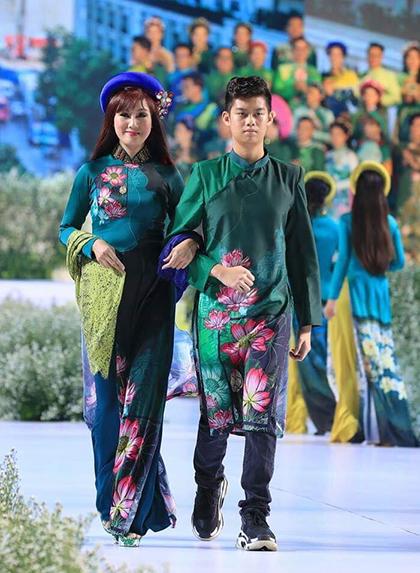 Nhà thiết kế Việt Hùng giới thiệu bộ sưu tập mới chất liệu lụavới họa tiết hoa sen đặc trưng. Gam màucủa trang phục là xanh lục, xanh lávà xanh dương, tượng trưng cho sức sống của Sài Gòn.Mẹ con diễn viên Hiền Mai (hình trên). Con trai cô hiện 15 tuổi, có năng khiếu đánh đàn piano.