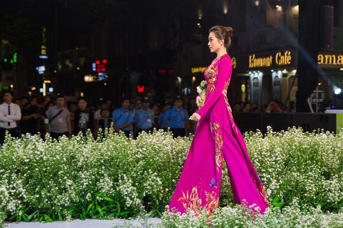 H'Hen Niê, Lý Nhã Kỳ diện áo dài trên phố đi bộ
