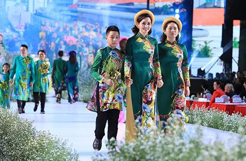 Diễn viên Mai Thu Huyền cùng hai con catwalk.