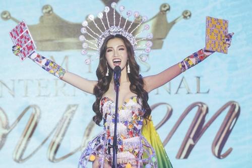 Nhật Hạ catwalk với trang phục gánh lô tô khi thi hoa hậu chuyển giới.